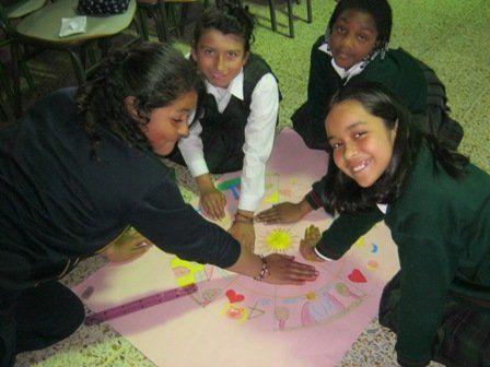 Grupo de estudiantes de la IED San Isidro Sur Oriental elaborando el mandala fotografía de Patricia Romero Sánchez